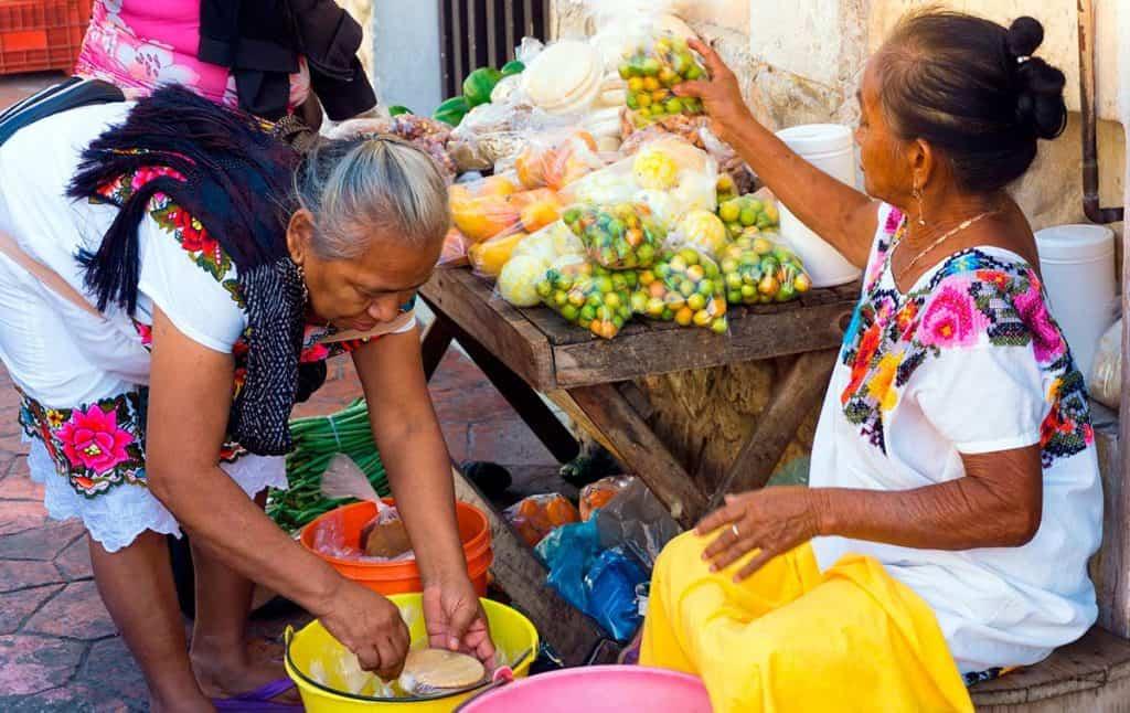 Señoras vendiendo comida en yucatan